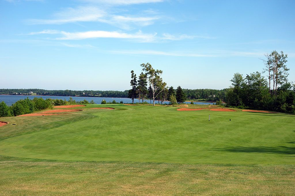 8th Hole at Dundarave Golf Course (384 Yard Par 4)